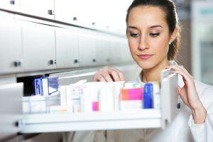 Pharmacist_iStock-177046968-300x200 Alliance Healthcare erfüllt EU-Fälschungsschutzrichtlinie für Arzneimittel mit Zetes als Partner